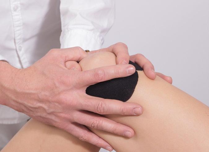 Les douleurs aux genoux en descente